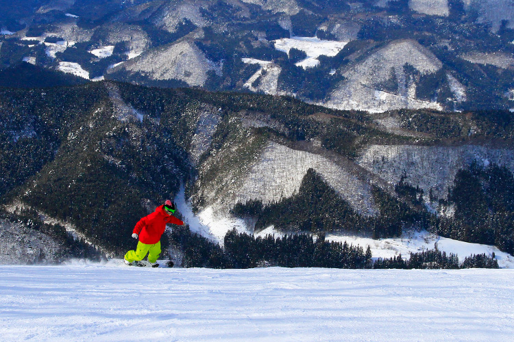 At the ski resort, people of all ages from young children to adults can have a great time enjoying winter sports, while taking in the wonderful scenery which includes Mt. Hakkoda.