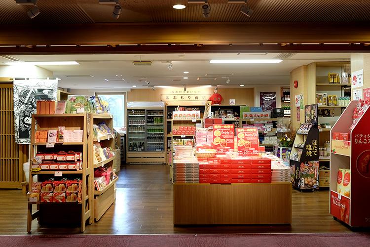 시모키타 와인을 시작으로, 마늘과 사과를 이용한 주전부리, 호텔이 엄선한 아오모리 특산품과 기념품을 판매하고 있습니다.