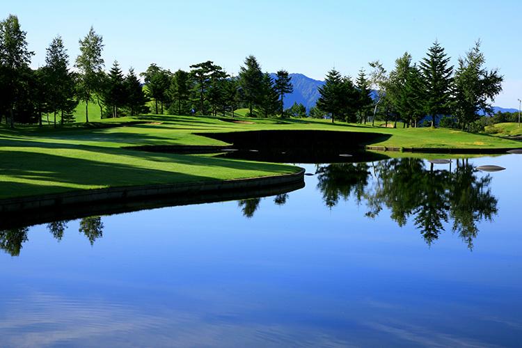 附設於高爾夫球場內的「青森皇家高爾夫球俱樂部」。建造於山坡面上的球場不僅極具挑戰,景觀更是壯麗。