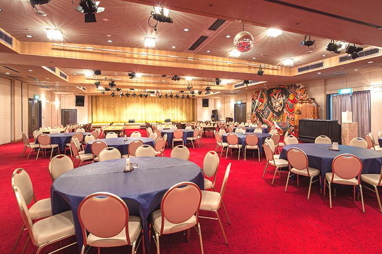 紅寶石大廳內的特設舞台,提供旅客們最具風味的三味線現場演奏。