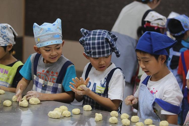 青森ワイナリーホテルのパン作り